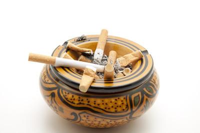 一盒柔软的红牡丹香烟的价格是多少?