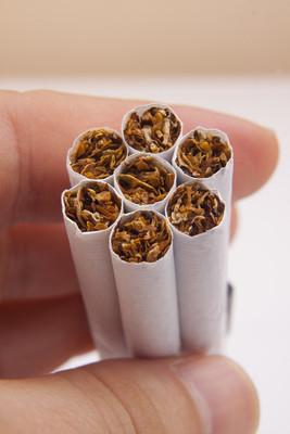 周公孟路过时发现许多香烟?