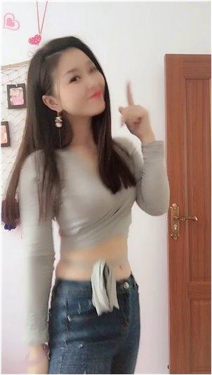 韩国选秀综艺_我的小妹妹穿着泳衣洗澡。单身狗喜欢的时候看起来很可爱。
