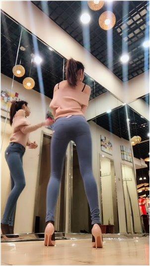 色系韩国主播福利视频_小姐姐漂亮大方,跳舞也挺惊艳的,真的很过瘾