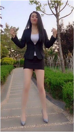 采访美曦视频_韩国主播吃巧克力年糕,细嚼慢咽,挺满足的