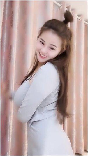 竞技宝_美女主播搔首弄姿展示身材