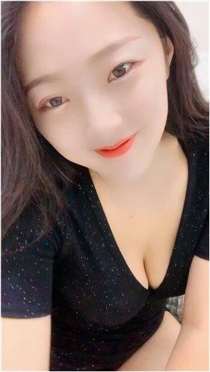 韩国女主播三点_大眼睛女主播唱韩歌,破嗓子说不是假唱,笑起来挺可爱的!