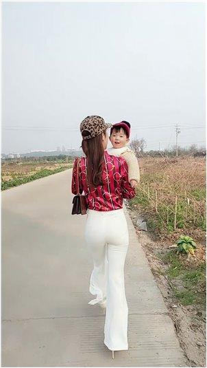 萨满红龙女王_国外美女主播对风油精不满意,还得自己去尝试,后悔!
