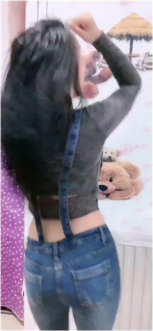 朴坭麦_aauto rapper的女主播为了获得关注,裸露着衣服,戴着红领巾。网友:安排好了